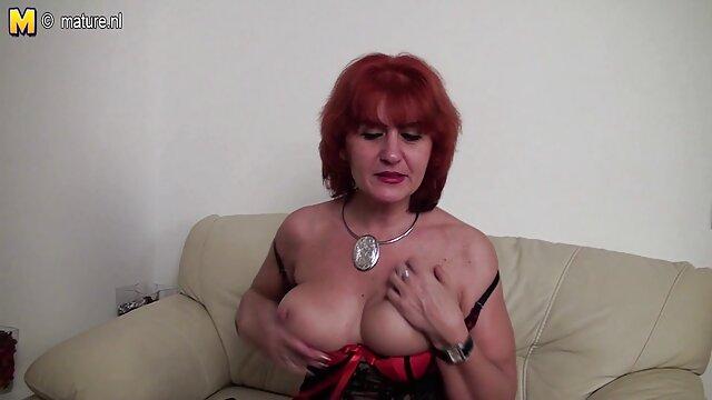 Tiffany film de porno lesbienne Doll lui enfonce un gode dans le cul tout en suçant une bite